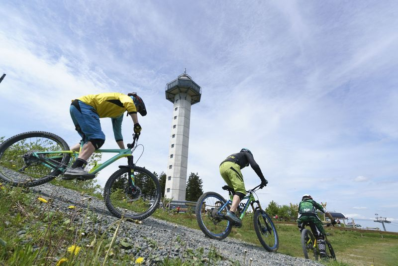 Mountainbiker am Hochheideturm Willingen
