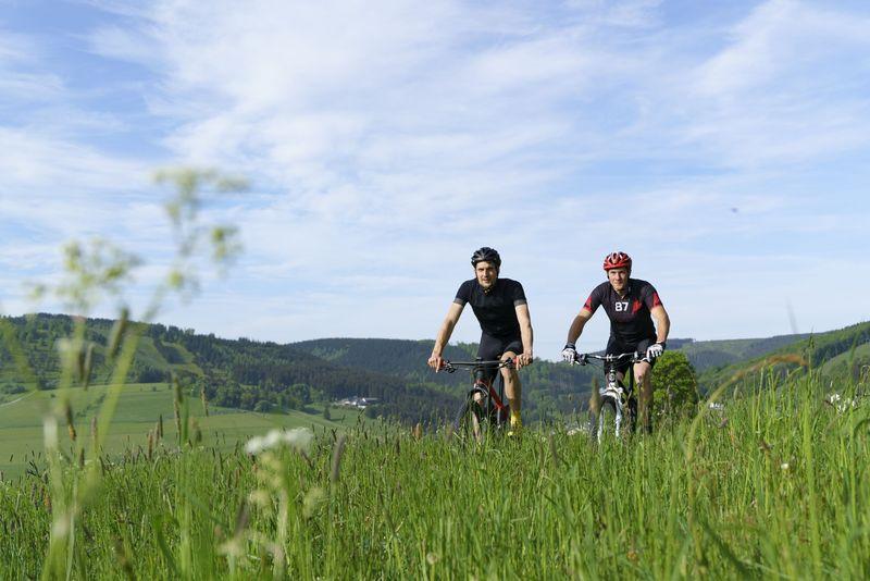 Mountainbiker in der Natur Willingens